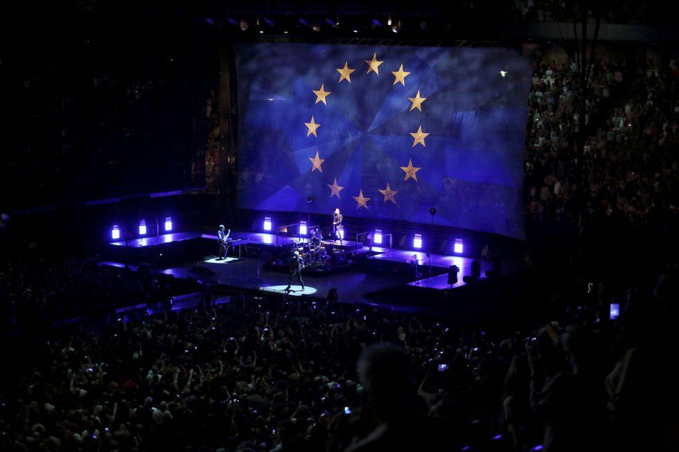 La bandiera dell'Europa fa da sfondo al tour europeo degli U2