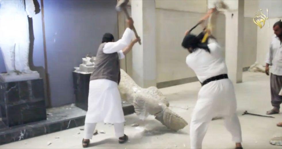 Le milizie dell'Isis devastano il museo di Mosul, in Iraq, il 26 febbraio 2015.
