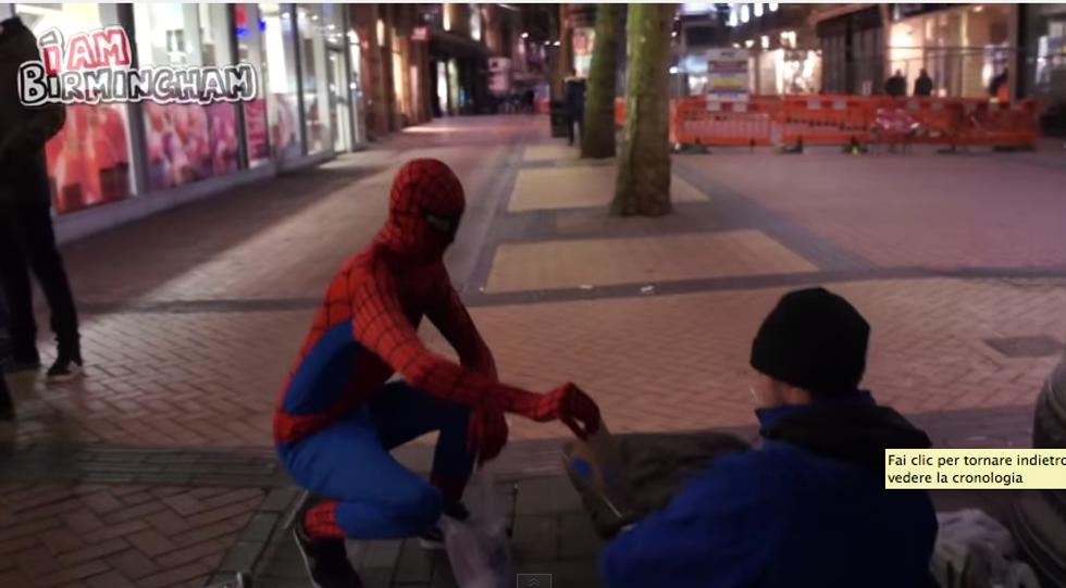 A Birmingham Spiderman aiuta i senza tetto