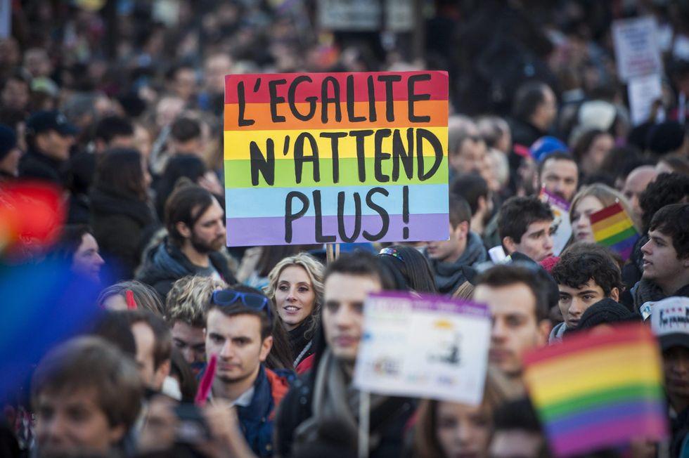 Si alle nozze gay in Francia. Gli italiani pronti a partire