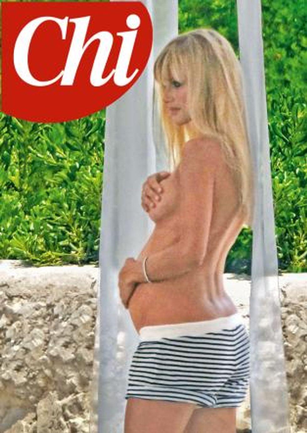 Michelle Hunziker, topless e pancione da copertina