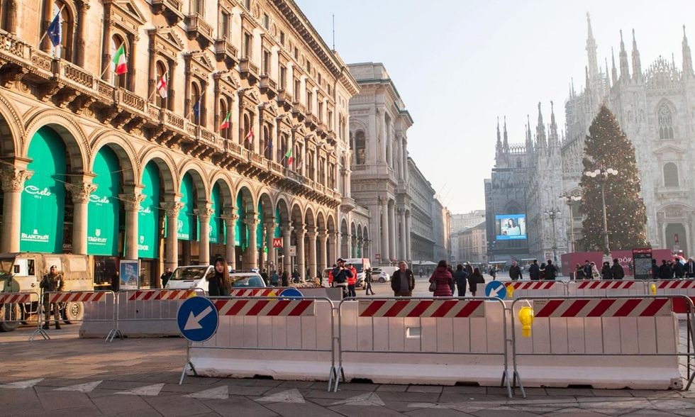 Milano, barriere anticamion a protezione dei mercatini di Natale