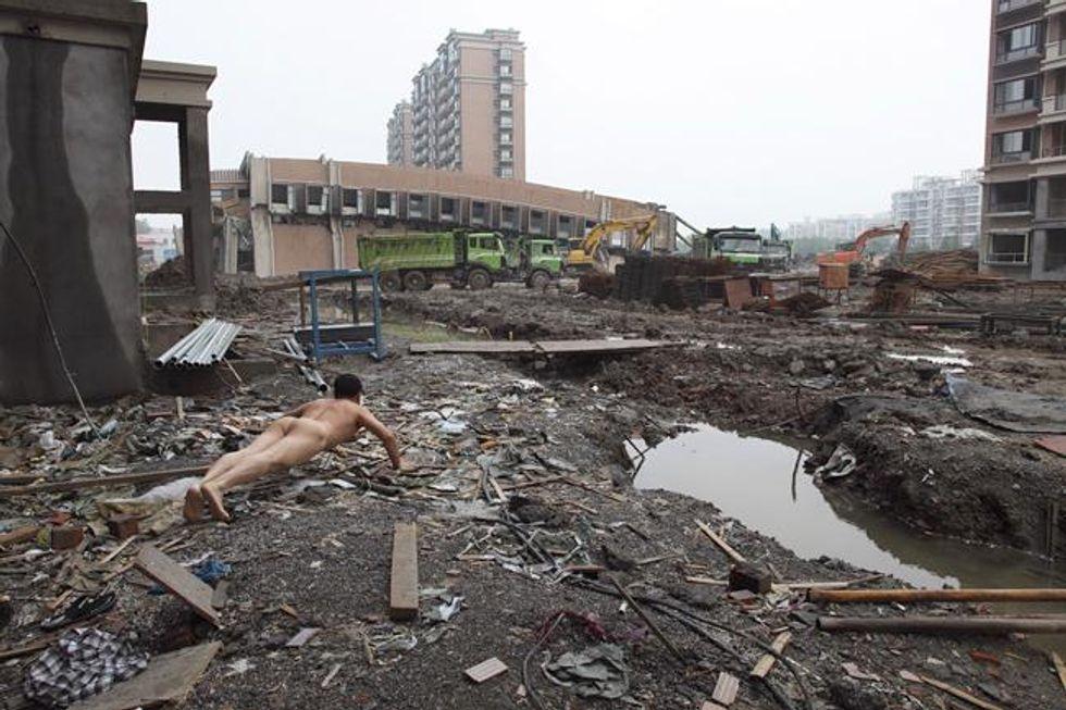 Nudo nei luoghi degli scandali: le strane foto di Ou Zhihang