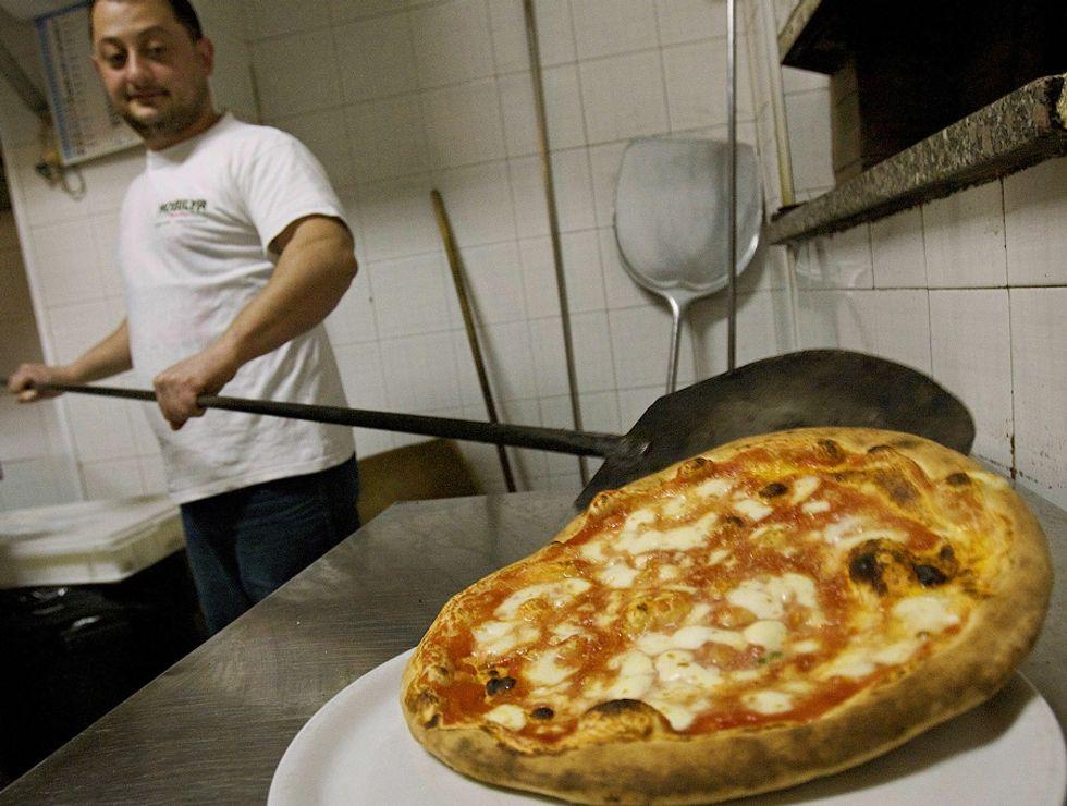 Pizzaiolo al lavoro a Napoli
