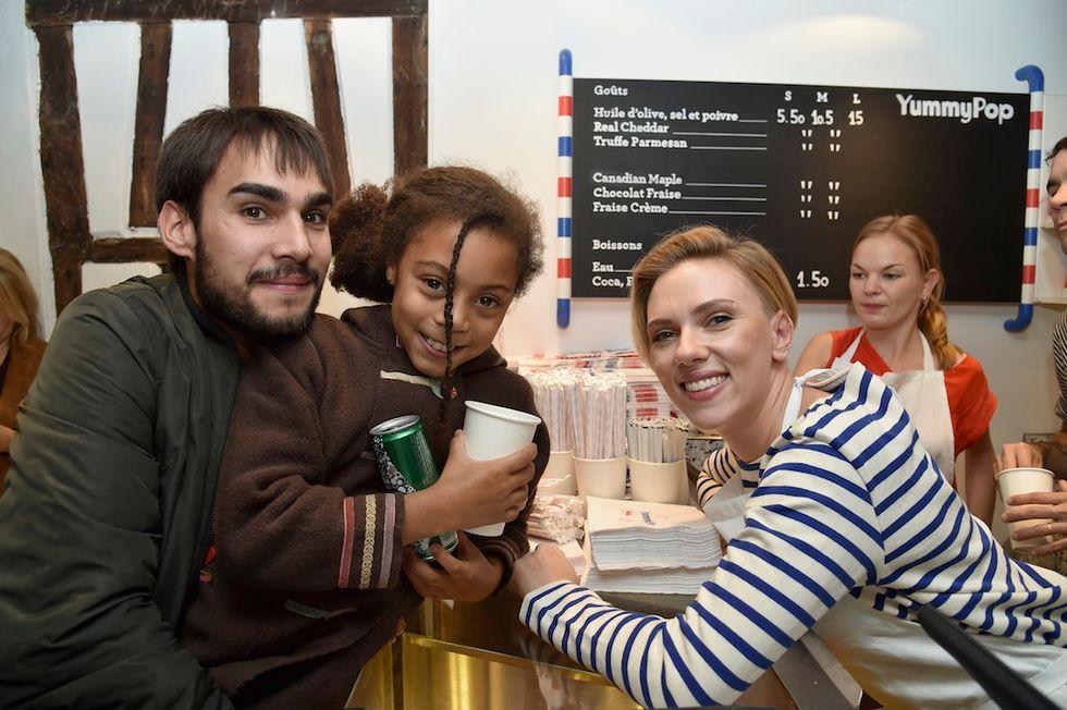 Scarlett Johansson, venditrice di pop corn per un giorno