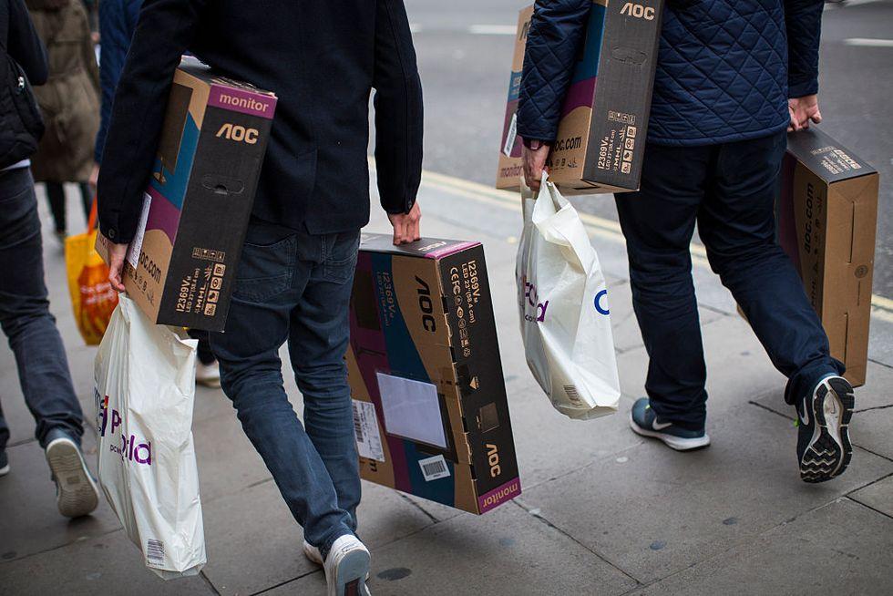 Contrordine, agli uomini piace lo shopping (e spendono più delle donne)