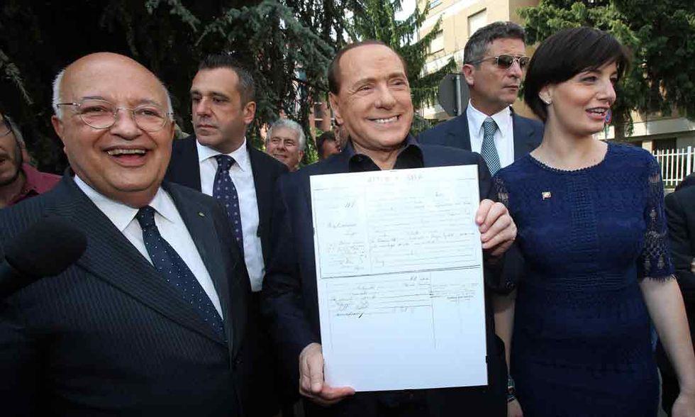 Un uomo cerca di aggredire Berlusconi a Saronno