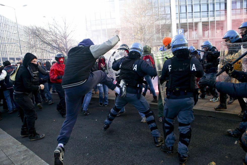 Milano: scontri tra Polizia e studenti