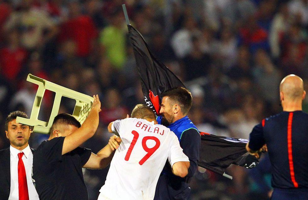 L'incredibile caccia all'uomo di Serbia-Albania: giocatori aggrediti