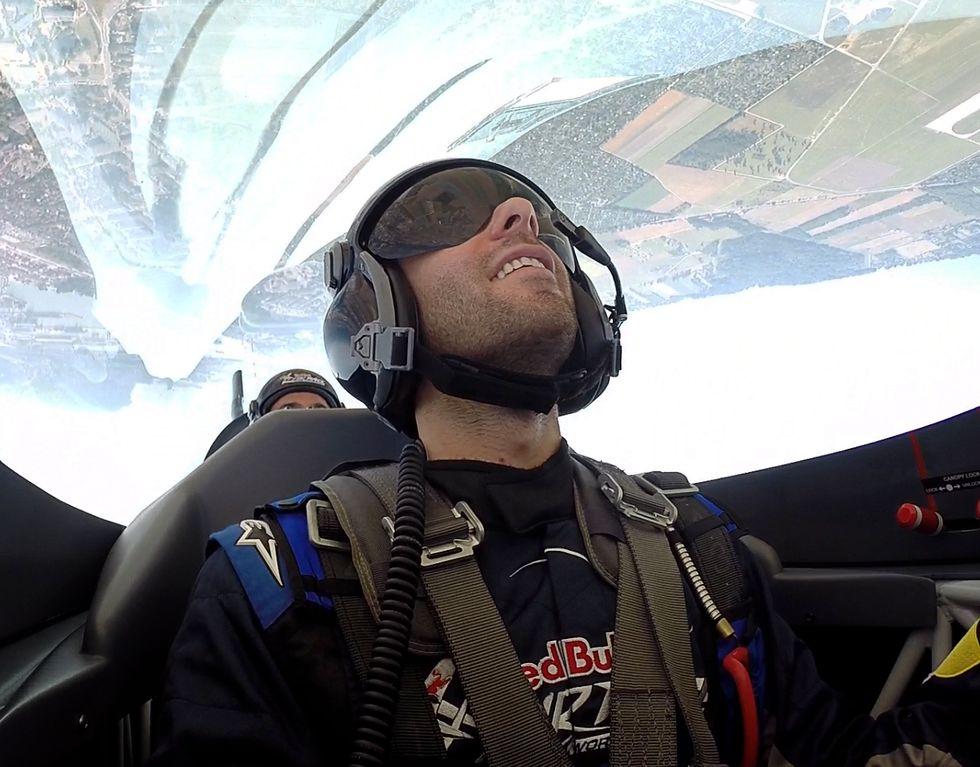 Io, a testa in giù, sull'aereo acrobatico del Red Bull Air Race