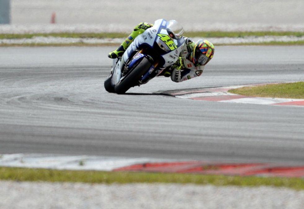 Ultimi test a Sepang prima del via... e Rossi corre in scooter!